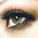 Брюнетка с зелеными глазами и светлой кожей