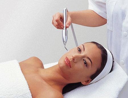 Под воздействием струи кислорода активные вещества доставляются в глубокие слои кожи