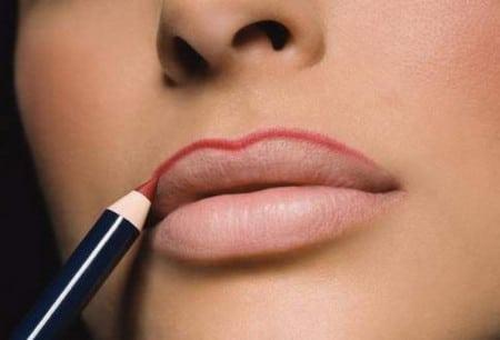 Карандаш делает контур губ более четким