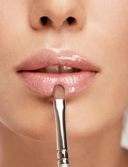 Блеск наносят в центре губ