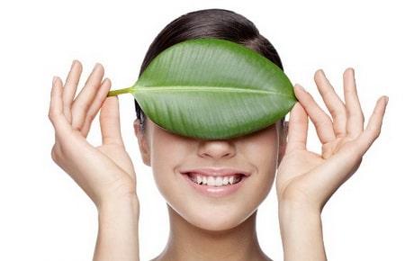 Ухаживать за кожей вокруг глаз можно простыми домашними средствами