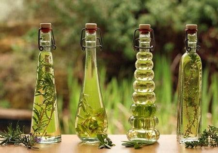 Против растяжек эффективны масляные растворы с травами