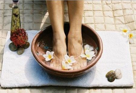 Ванночки с вяжущими травами  помогут уменьшить потливость