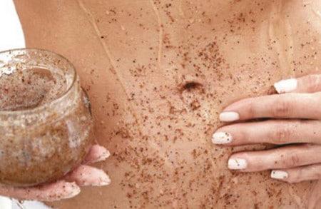 Кофейный скраб отшелушивает кожу и делает стрии менее заметными