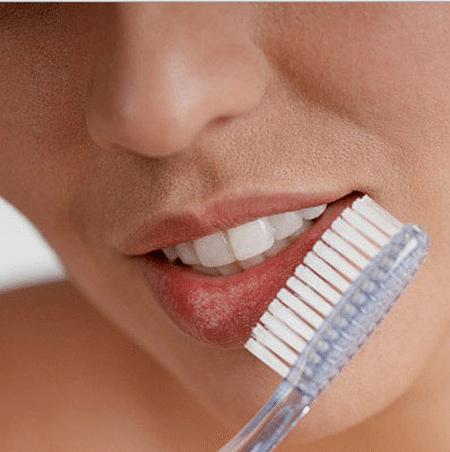 Ежедневную процедуру чистки зубов можно дополнить массажем  губ с применением все той же зубной щетки