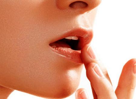 Каждый сеанс массажа должен завершаться увлажнением губ и нанесением слоя обычной гигиенической помады или сливочного масла.