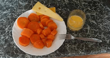 Вареная морковка, немного сыра и взбитое сырое яйцо – обед четвертого дня. При желании все это можно объединить в салат