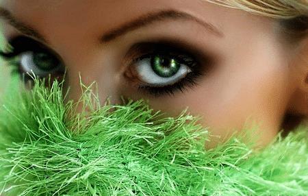 На фоне нейтральных спокойных тонов насыщенные сочные цвета выглядят просто великолепно, притягивая к обворожительным зеленым глазам взоры окружающих