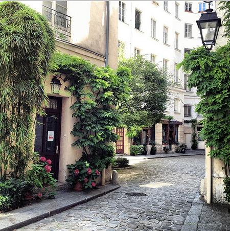 Как вы думаете, чего нахватает на этой парижской улочке? Правильно – вас