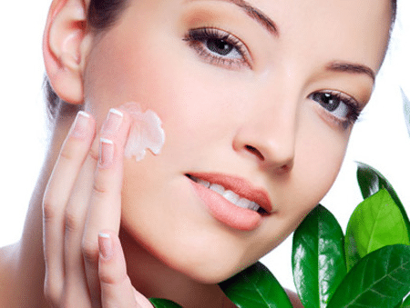 После массажа непременно увлажните лицо подходящим для вашего типа кожи кремом