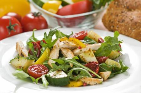 Салат с овощами и филе – отличное блюдо для «худеющего» меню