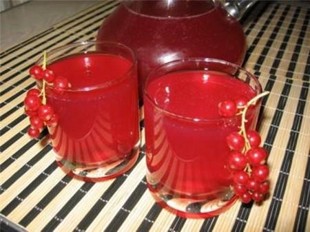 свежеприготовленный сок красной смородины