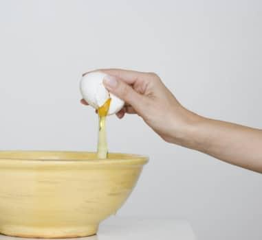 отделение белка от яйца