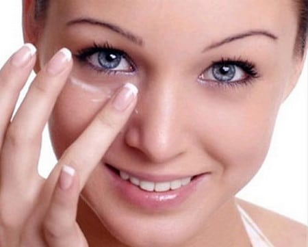 Регулярный уход позволит надолго сохранить кожу вокруг глаз молодой и подтянутой