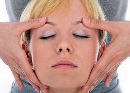 Массаж позволяет устранить морщинки вокруг глаз