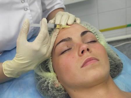 Введения инъекций гиалуроновой кислоты для омоложения