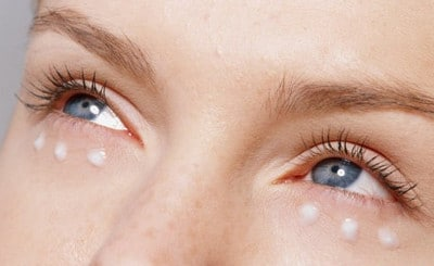 Перед массажем на кожу наносят небольшое количество крема
