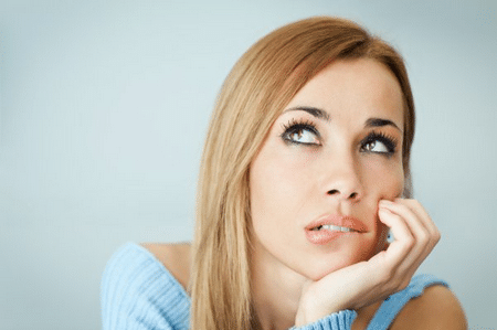 Привычка покусывать губы может служить причиной образования микроскопических трещин.