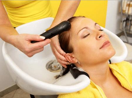 Процедуру смывки волос лучше доверить профессионалам -