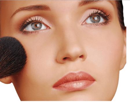 Не бойтесь экспериментировать с цветом и текстурой макияжа.