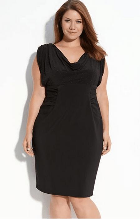 Черное платье, свободно ниспадающее в верхней части и с горизонтальным присбориванием по талии