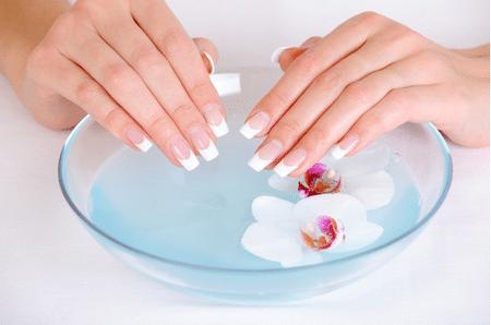 С наращенными ногтями нельзя делать водные ванночки для отпаривания кутикулы. Используется специально предназначенные средства для размягчения и последующего удаления кожицы вокруг лунки ногтя.