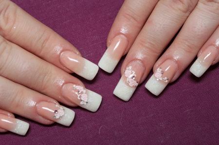 Во время коррекции нельзя увеличить длину наращенного ногтя, так как он станет менее крепок. Лучше снять ногти полностью и сделать их заново необходимой длины.