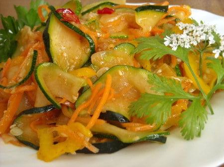 Кабачок с тушеными овощами