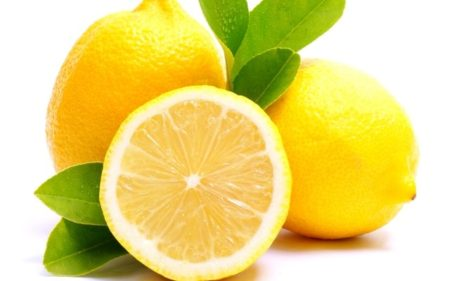 Лимон осветляет кожу